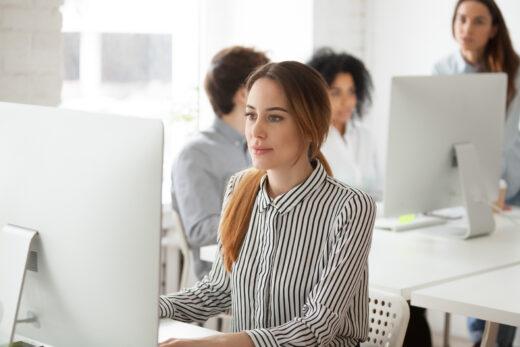 Junge Mitarbeiterin am Rechner
